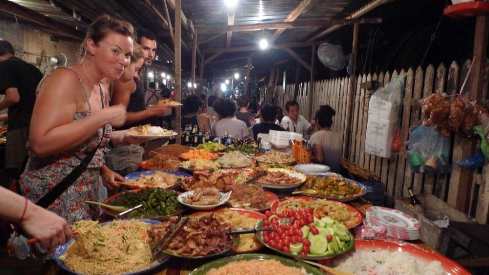 Готовка еды на улице - Лаос