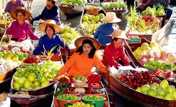 Таиланд маркет с едой, на лодке