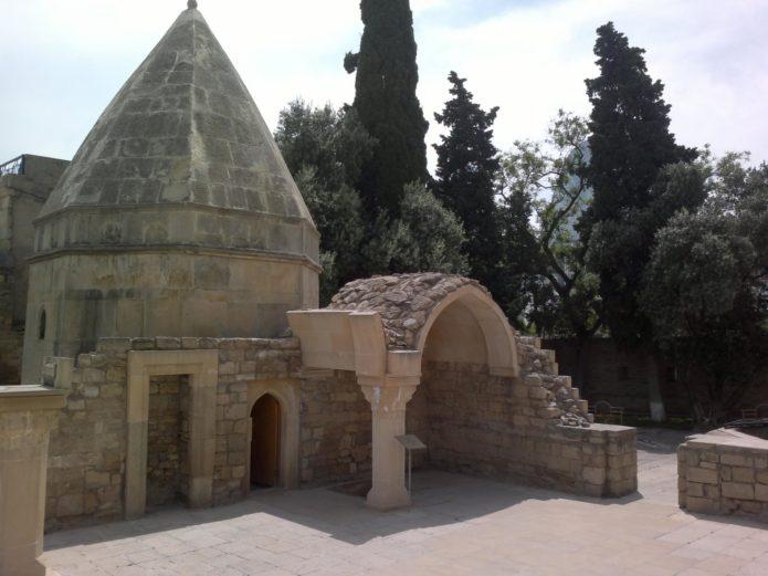 Развалины мечети и мавзолей Бакуви