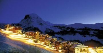 Домики Андорры на склоне гор с ночной иллюминацией