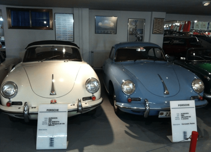 Экспонаты музея автомобилей в Андорре — белый и синий Порше