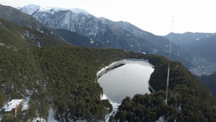Озеро Энголастерс в Андорре с высоты птичьего полёта зимой