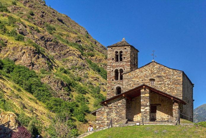 Церковь Святого Иоанна в Андорре на склоне горы летом
