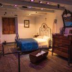 Экспозиция в виде старинной спальни в музее этнографии Андорры