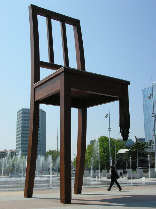 Сломанный стул