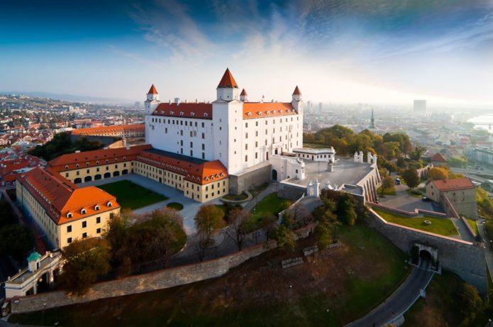 Здание Братиславского замка и сооружения вокруг него