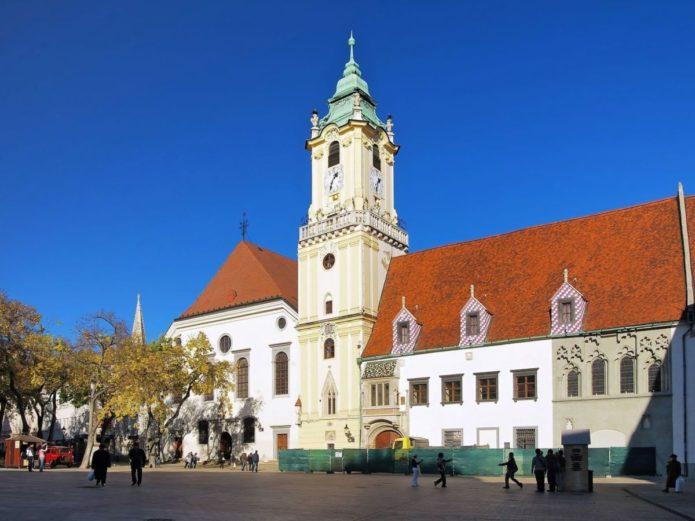 Здание ратуши с часовой башней на главной площади Братиславы