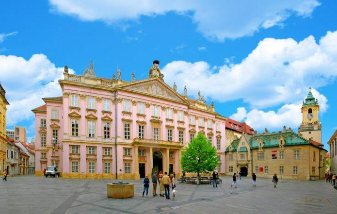 Люди у Епископского дворца в Братиславе