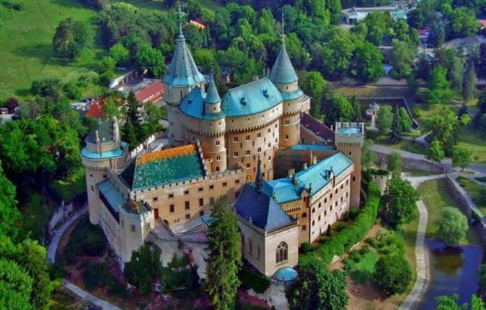 Дворцовые здания замка Бойнице, окруженные стеной и рвом