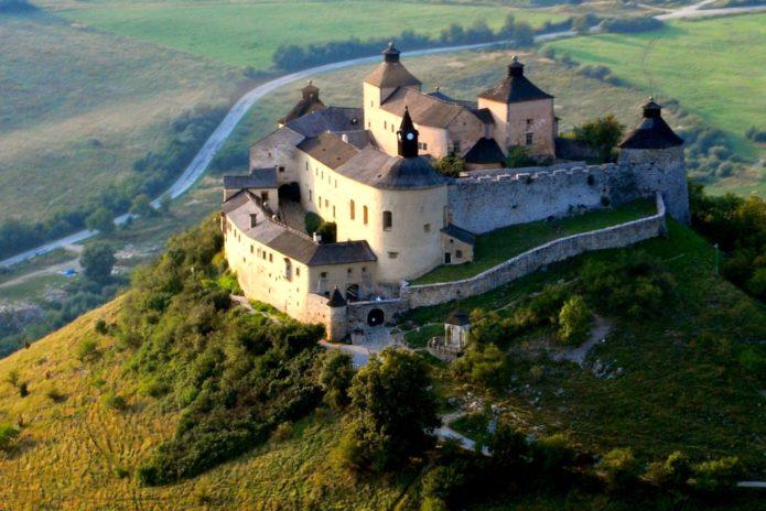 Здания замка Красная горка, расположенные на холме