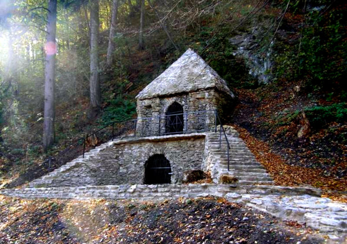 Фасад ледового погреба во Влахово