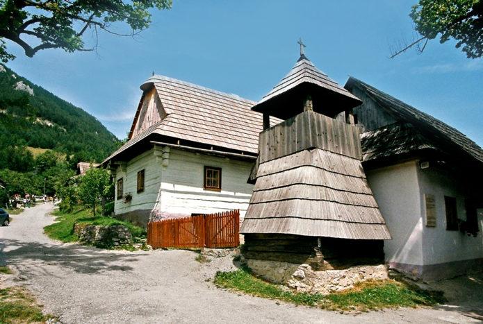 Старинные дома и постройки в деревне Влколинец