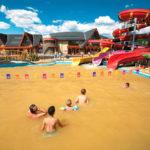Дети резвятся в бассейне термопарка Бешенева