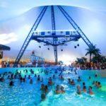 Люди купаются в бассейне, накрытом шатром