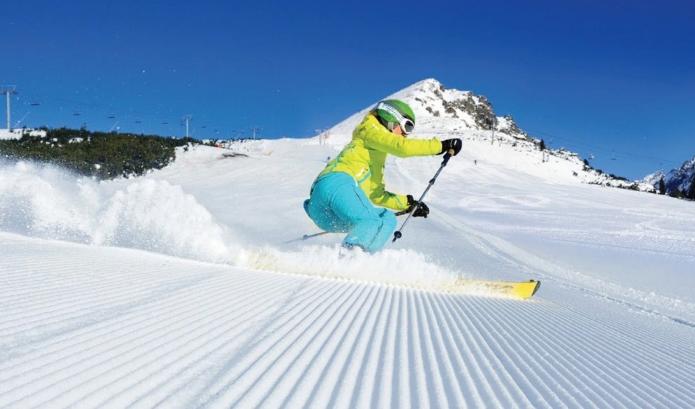 Девушка катается на лыжах