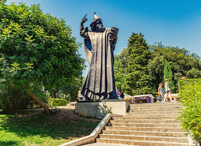 Памятник епископу Гргуру Нинскому
