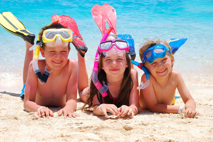 Дети в ластах и масках на пляже