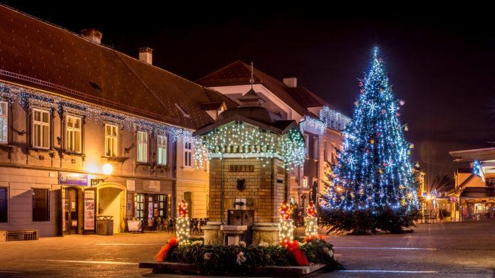 Рождественские украшения Загреба вечером